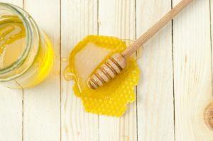 Frischer goldgelber Honig auf einer Wabe.