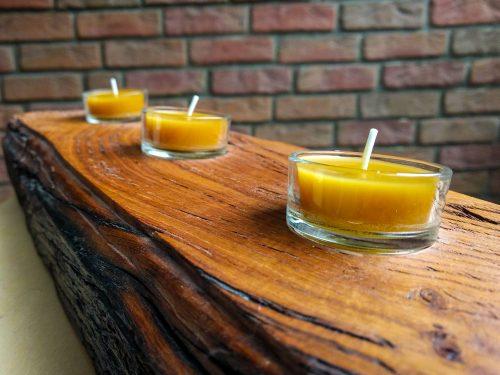 Teelichter im Teelichthalter aus Holz