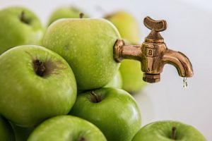 Apfelsaft mit wärme zu sterilisieren ist eine weitere Möglichkeit wie man Lebensmittel haltbar machen kann.
