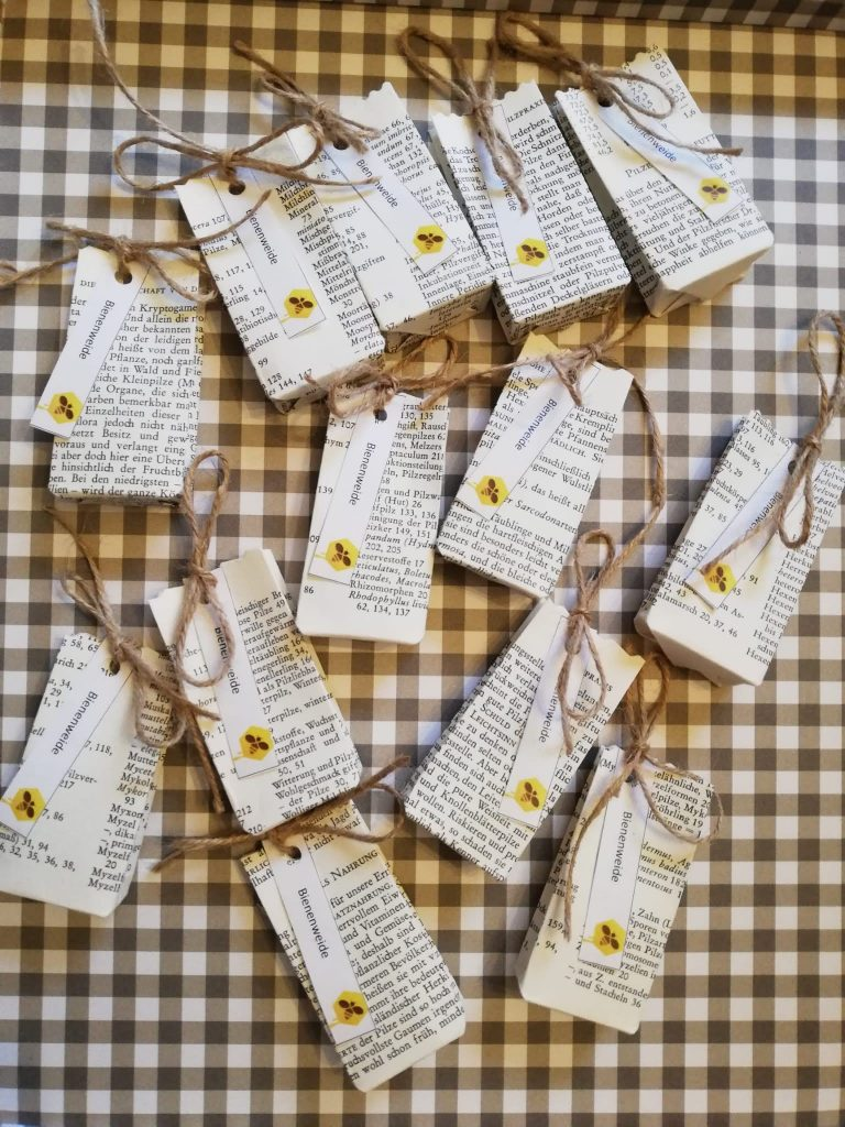Saattütchen aus alten Buchseiten. Handgemacht und mit heimischen Wildblumensaaten zum Anlegen von Bienenweiden.